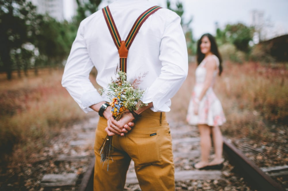 年上女性に花束を渡そうとしている男性