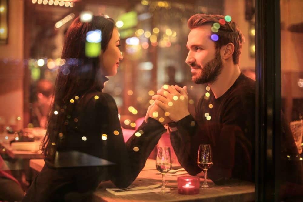 レストランで好きな女性と見つめあう本気の男性