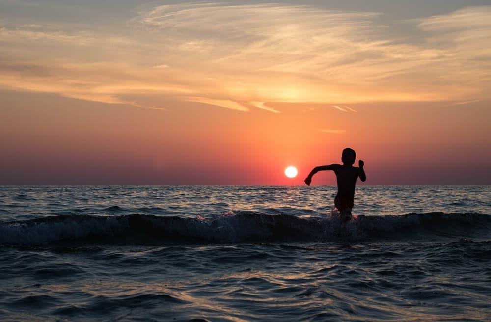 太陽を追いかける男の子