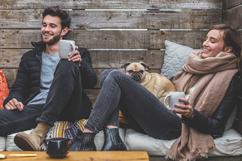 友達同士仲良くコーヒーを飲む男女