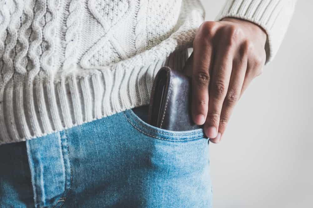彼女と良い時間が過ごせたので、支払いのためにお財布を出そうとする男性