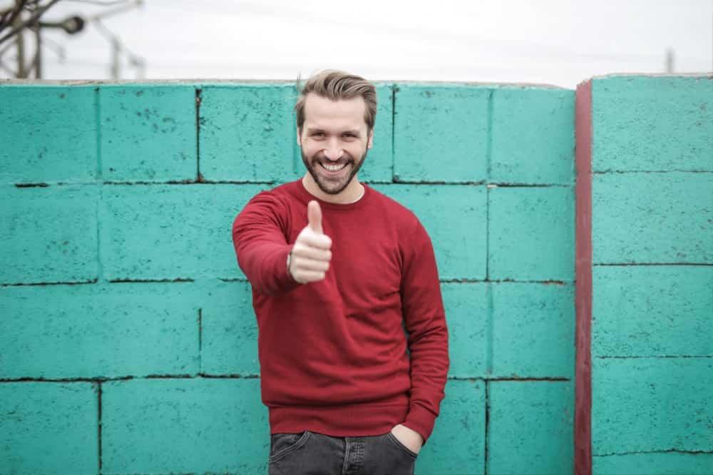「かわいいね」って笑顔で親指をたたて言う男性
