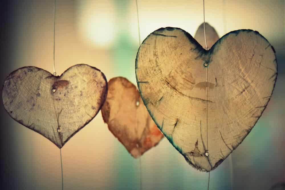 愛情たっぷり木で作られたハート