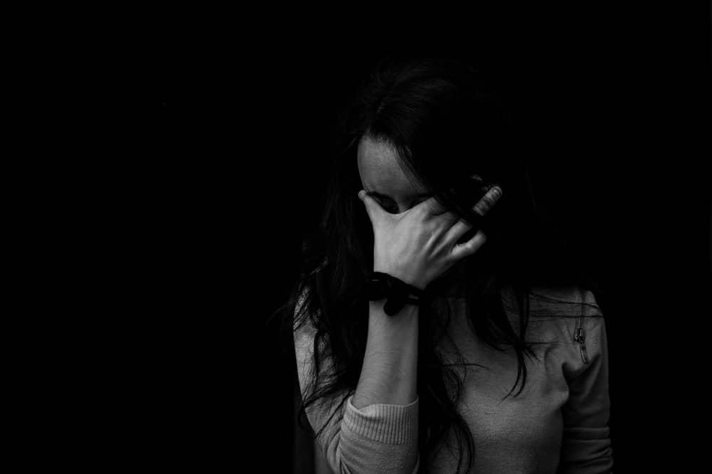 彼氏と別れ失恋し悲しむ女性