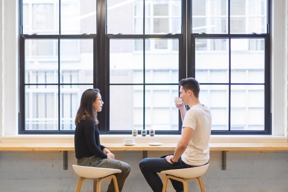 カフェで楽しく話し合う男女