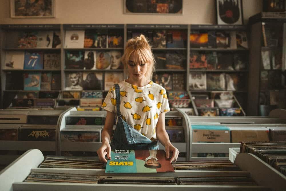 レコードを手に持つ失恋した女性
