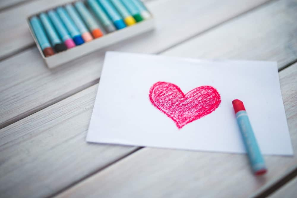 クレヨンで書いた心の傷をいやすハート