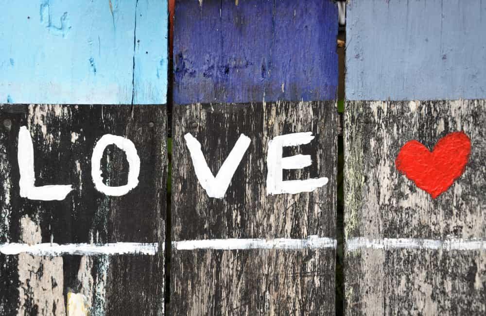 木の壁に描かれたLoveとハート